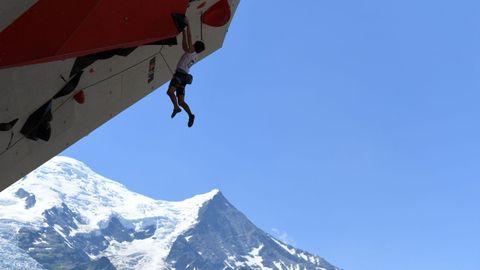 Un hombre escala durante el mundial de la modalidad en Chamonix, en Francia