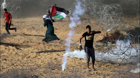 Un grupo de jóvenes palestinos es atacado con gas lacrimógeno por tropas israelíes