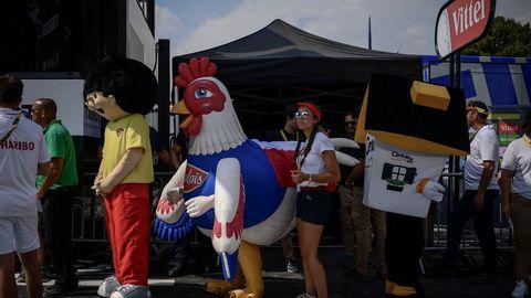 Trabajadores y mascotas del Tour de Francia, al término de una etapa