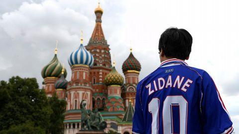 Un aficionado de Francia porta la camiseta de Zidane en la Plaza Roja de Moscú