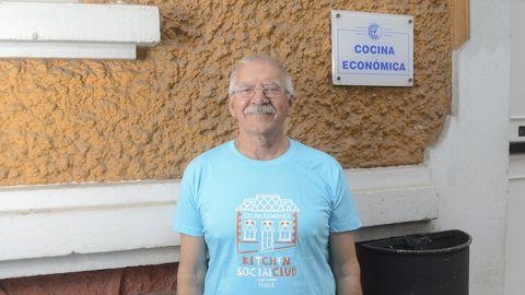 En la imagen, Luis Veira, jubilado de 71 años y uno de los cincuenta voluntarios que hacen posible que cada día pueda abrir sus puertas el comedor social de la Cocina Económica