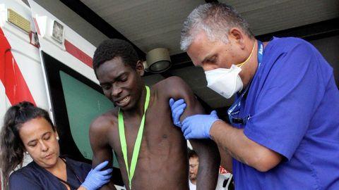 Varios migrantes han sufrido cortes provocados por las concertinas de la valla