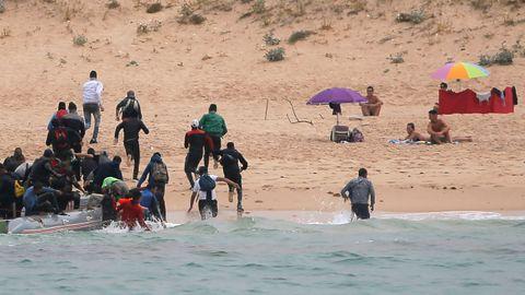 Las imágenes del desembarco de un grupo de inmigrantes en Tarifa