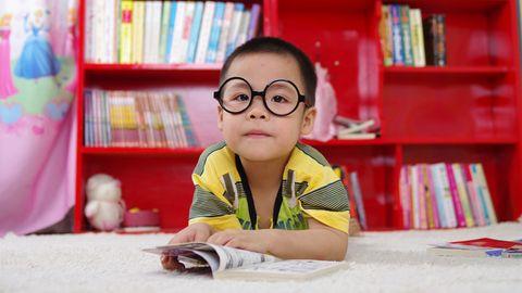 Niño leyendo libro estudiando clase