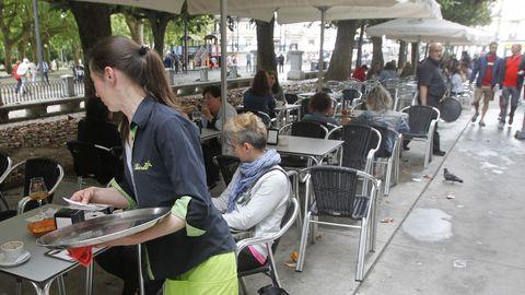 Una camarera trabaja en una terraza de Ferrol