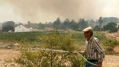 Un vecino ayuda en las tareas de extinción en Silves, cerca de Monchique