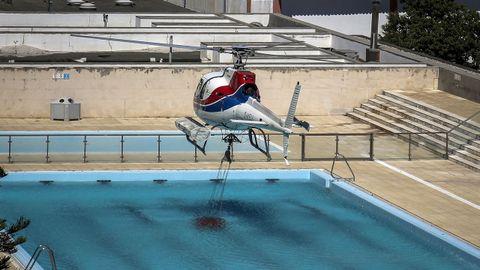 Un helicóptero toma agua en una piscina de Monchique