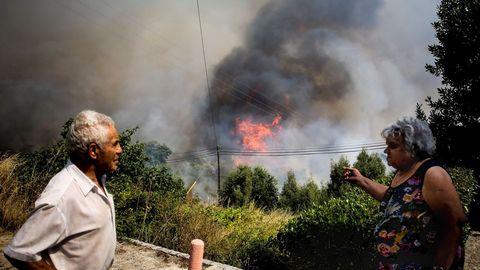 Los vecinos de la zona de Monchique vigilan la evolución de las llamas