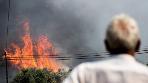 Las llamas se acercaron a muchas viviendas en Monchique