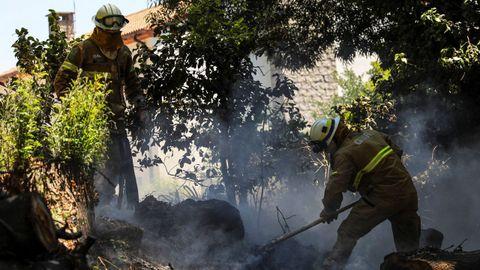 Bomberos peleando con las llamas en el frente de Foia, también en el área de Monchique