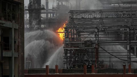 Columnas de humo son vistas tras un incendio en una planta de la compañía petrolera Bharat Petroleum en Bombay, India. Más de 20 personas resultaron heridas tras el incendio, según las últimas informaciones.