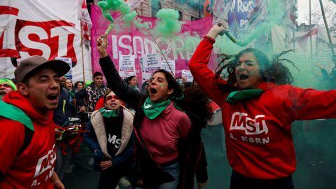 Centenares de personas a favor de la ley del aborto se manifiestan en el exterior del Senado en Buenos Aires (Argentina). Grupos a favor y en contra de la ley del aborto que debate el Senado de Argentina se manifiestan a la espera de la decisión de los legisladores.