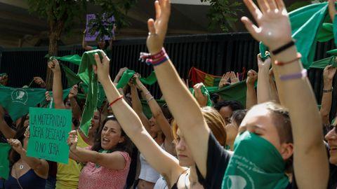 Decenas de personas se suman al «pañuelazo» internacional a favor del aborto legal en Argentina frente a la embajada de ese país en Madrid. Hoy el Senado de Argentina debate si da sanción definitiva al proyecto de ley para la interrupción voluntaria del embarazo, que ya fue aprobado en la Cámara de Diputados y que tiene final incierto por la controversia que genera en el abanico social y político.