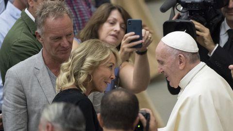 El papa Francisco saluda al cantante británico Sting (Gordon Sumner) y a su mujer Trudie Styler durante la audiencia general semanal en el aula Pablo VI en la Ciudad del Vaticano.
