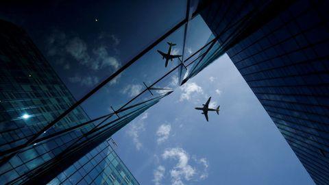 Un avión se refleja en una fachada de cristal en Frankfurt, Alemania.