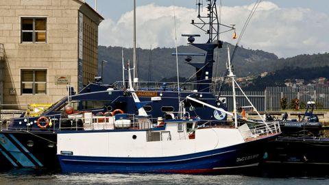 Barco Sempre Cacharelos, propiedad de Serafín Pego, uno de los detenidos en la última operación contra el narcotráfico, amarrado en el muelle de A Laxe, junto al barco de aduanas