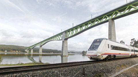 PUENTE DEL ULLA: 60 METROS. El récord de este viaducto es que es el más largo de Europa con celosía metálica, con 1.620 metros