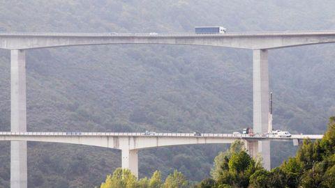 VIADUCTO DE SAMPRÓN: 124 METROS. La máxima cota de la rasante sobre el cauce del río alcanza los 150 metros. El viaducto de al lado se hizo para la carretera nacional