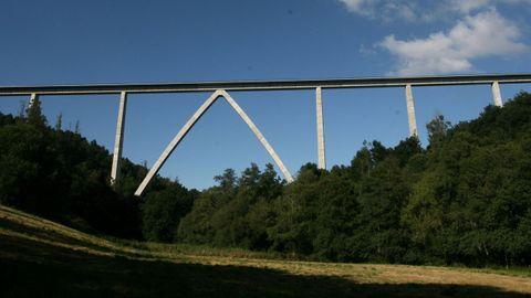 VIADUCTO DEL DEZA: 96,5 METROS. AVE Santiago-Ourense. Como en otros viaductos del AVE el arco ojival se realizó mediante un proceso de abatimiento