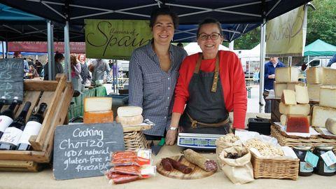 Irene Lorenzo y Teresa Holmes en el puesto de productos españoles en el mercado de Brockley
