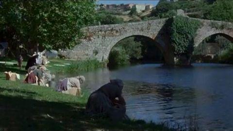 ALLARIZ. «La lengua de las mariposas» (Cuerda, 1999). La cinta popularizó los rincones del municipio, como se ve en esta escena del puente romano.