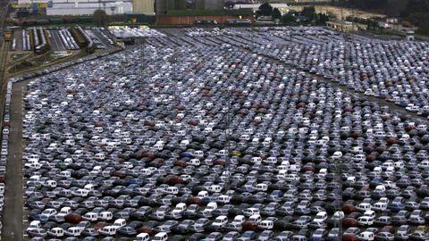Almacén de vehículos (o campa, como se denomina en el sector del automóvil) en el Polígono de As Gándaras (Porriño), con miles de vehículos producidos listos para ser transportados a los concesionarios