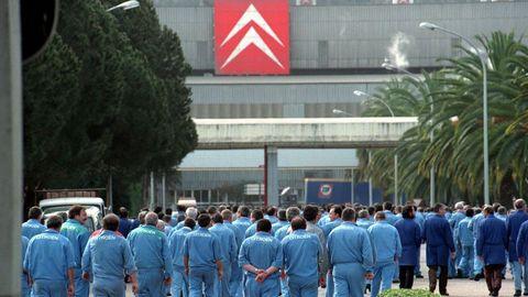 Trabajadores accediendo a la fábrica en 1998. Ese años se fabricaban en Vigo las furgonetas C-15, Partner y Berlingo; además de los turismos Xsara de tres y cinco puertas