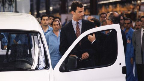 El por entonces Príncipe Felipe de Borbón, en 1996, año en el que empezó a producirse la primera generación de las Citroën Berlingo y Peugeot Partner