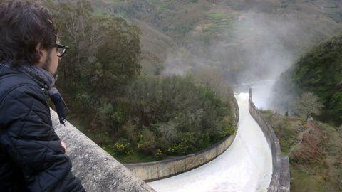 El embalse de Belesar liberando agua para no llevar al limite de seguridad, en una imagen de archivo