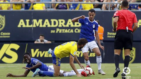 Tejera se lleva un balón ante José Mari, con Boateng en el suelo, en el Cádiz-Oviedo de la 18/19
