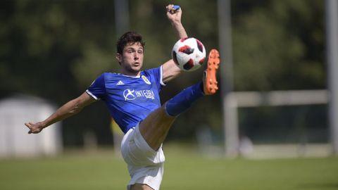 Borja Sánchez controla un balón en el Vetusta-Langreo