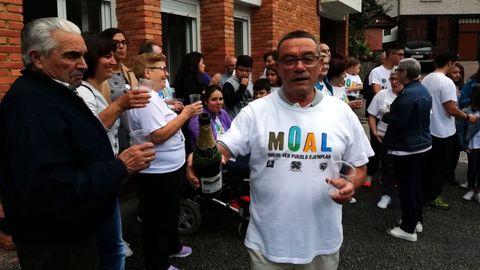 Un vecino de Moal ataviado con la camiseta de la campaña para la candidatura al Pueblo Ejemplar