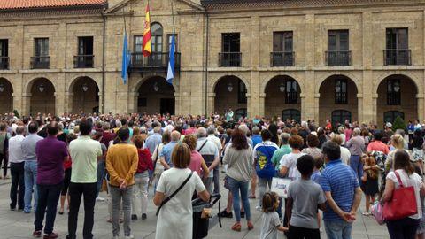 La plaza del Ayuntamiento de Avilés se llenó en el minuto de silencio por las víctimas del accidente