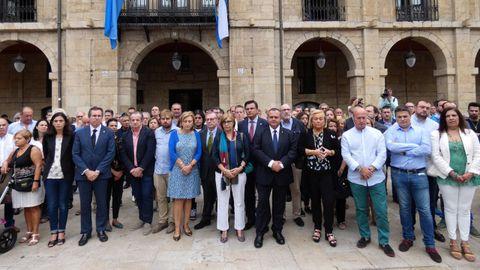 Nutrida representación de políticos durante el minuto de silencio en Avilés