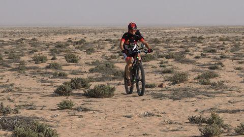 Judith Obaya durante su recorrido en bicicleta a través del Sáhara