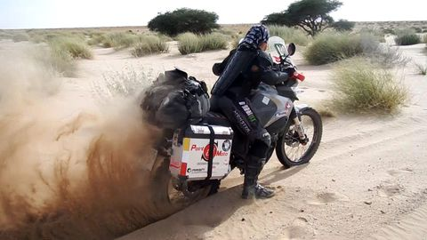 Judith Obaya durante su recorrido en motocicleta a través del Sáhara