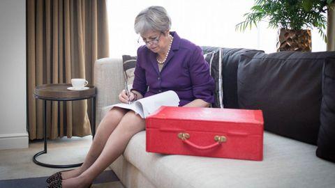 La primera ministra británica, Theresa May, junto a su cartera ministerial de color rojo, preparando un discurso en un hotel de Birmingham este martes