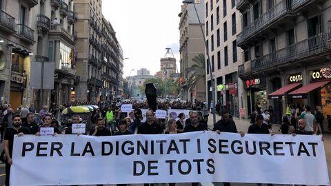 Los cerca de 5.000 «mossos» que se manifestaron por el centro de Barcelona se cruzaron aplausos con sus compañeros de la jefatura de la Policía Nacional
