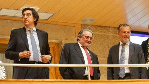 A la derecha de la imagen, Agustín Hernández,  portavoz municipal del PP en Santiago