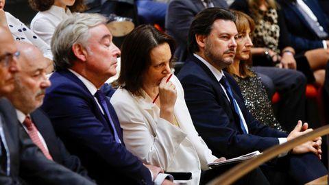 Carolina Bescansa, que opta a liderar Podemos Galicia, escucha el discurso de Feijoo. A su izquierda, Antonio Rodríguez Miranda, secretario xeral de Emigración, y, a su derecha, José Manuel Barreiro,  viceportavoz del PP en el Senado.