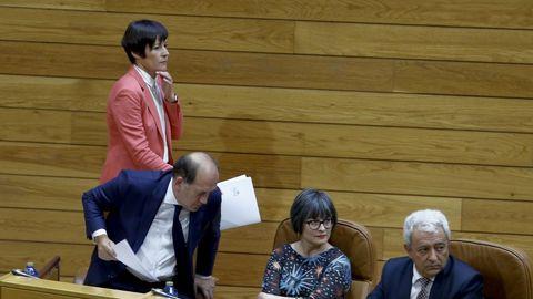 Ana Pontón pasa por detras de Leiceaga