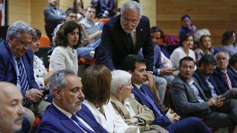 El presidente del Parlamento, Miguel Ángel Santalices, saluda a una de sus antecesoras, Dolores Villarino, y al lider del PSdeG, Gonzalo Caballero