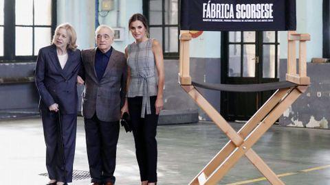 La reina Letizia junto al director estadounidense Martin Scorsese y su mujer, Helen Morris (i), hoy en la fábrica de Armas de La Vega