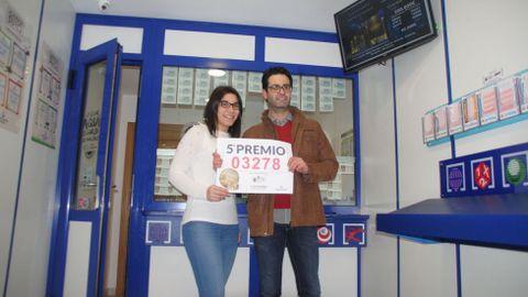 El propietario dela administración  de loterías número 4 de Monforte, José Antonio de la Torre, y una empleada, con el letrero del quinto premio que vendieron en el último sorteo de Navidad