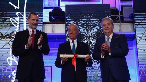 Marcelo Rebelo de Sousa recibiendo el premio Fernández Latorre