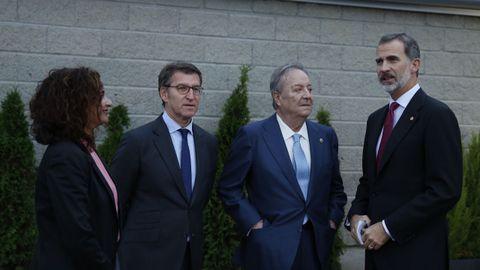 La ministra de Hacienda, el presidente de la Xunta, Santiago Rey Fernández-Latorre y el Rey, esperando la llegada de Rebelo de Sousa