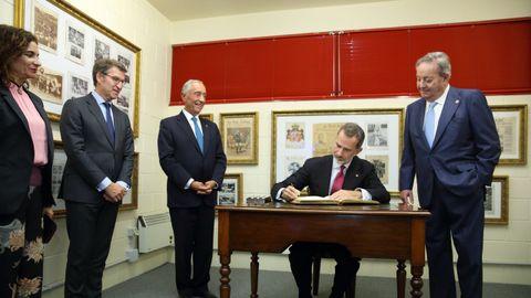 El premiado y el Rey firmaron en el Libro de Oro de La Voz de Galicia