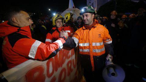 Los bomberos de A Coruña se solidarizaron con la plantilla de Alcoa en la marcha de este lunes