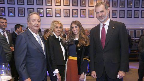 Santiago Rey, presidente y editor de La  Voz de Galicia, con su esposa, Salomé Fernández-San Julián, vicepresidenta de la Fundación Santiago Rey Fernández-Latorre; su hija, Salomé de la Torre, y Felipe VI