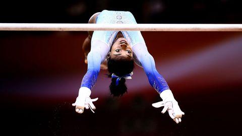 La gimnasta estadounidense Simone Biles realiza un ejercicio durante los campeonatos que se disputaron en Doha (Qatar)